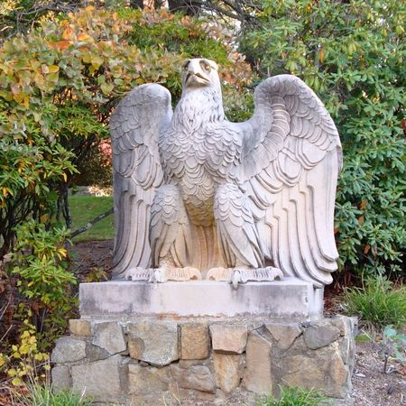 800px-Penn_Station_Eagle_by_Weinman,_at_Ringwood,_NJ,_on_left